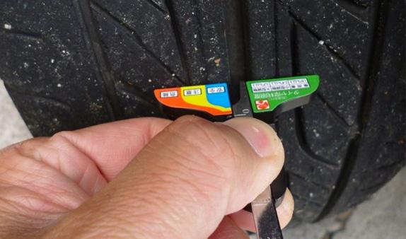 タイヤ残り溝ゲージ計測